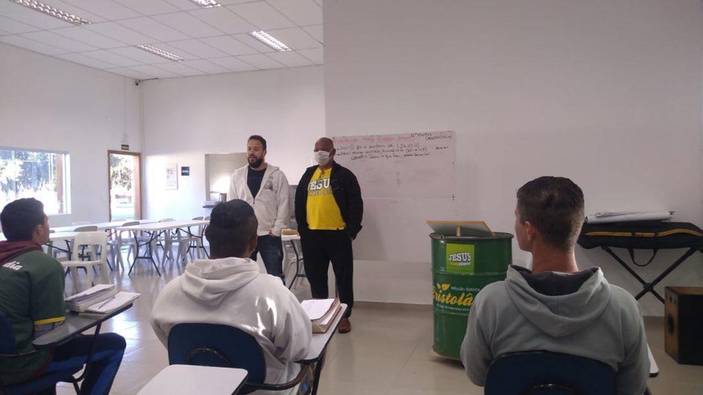 Profissional de educação física dá palestra aos acolhidos da Cristolândia Paraná